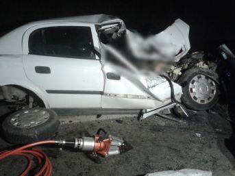 """""""pat Pat""""a Çarpan Otomobil Hurdaya Döndü: 1 Ölü, 3 Yaralı"""