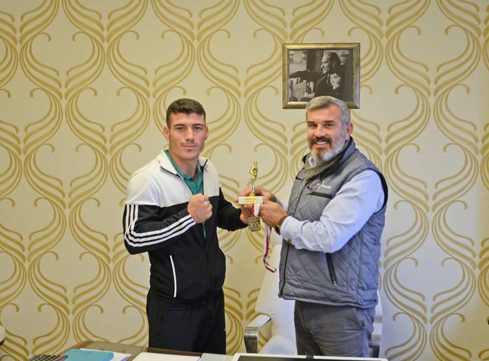 Photo of Milli Sporcu Sevincini Ahmet Çetin ile Paylaştı.